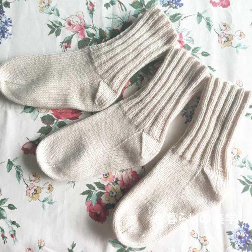 1玉100円の毛糸で編んだ手編みの靴下