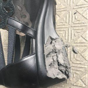 靴が経年劣化して崩れたポリウレタン底を拡大