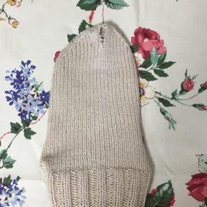 穴が空いた手編みの靴下