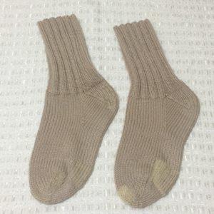 踵、つま先、付け根と補修した手編みの靴下