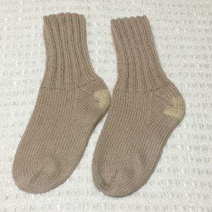 踵とつま先を補修した手編みの靴下