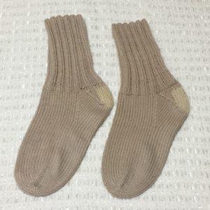 踵を補修した手編みの靴下