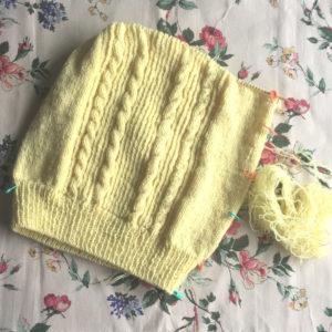 輪で編んでいるセーター