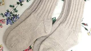 編み直して補修した手編みの靴下