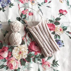 足首までほどいた手編みの靴下