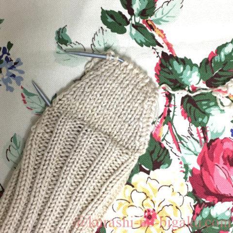 かかとを2本取りで編む手編みの靴下