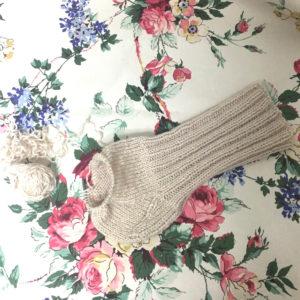 編み進めていく手編みの靴下