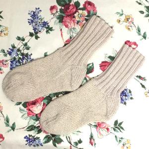 補修して編み直した手編みの靴下