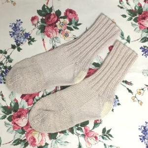 つま先だけ編み直した手編みの靴下