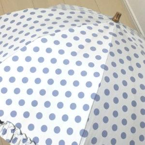 あまり汚れが目立っていない白い傘