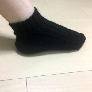 完成した手編みの靴下