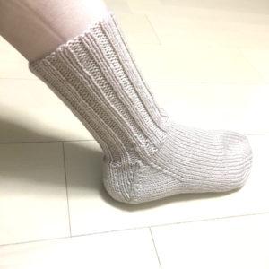 並太で編んだ靴下を試着