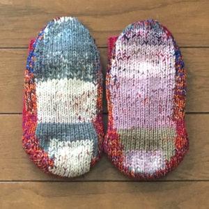 補修した毛糸の靴下の足裏